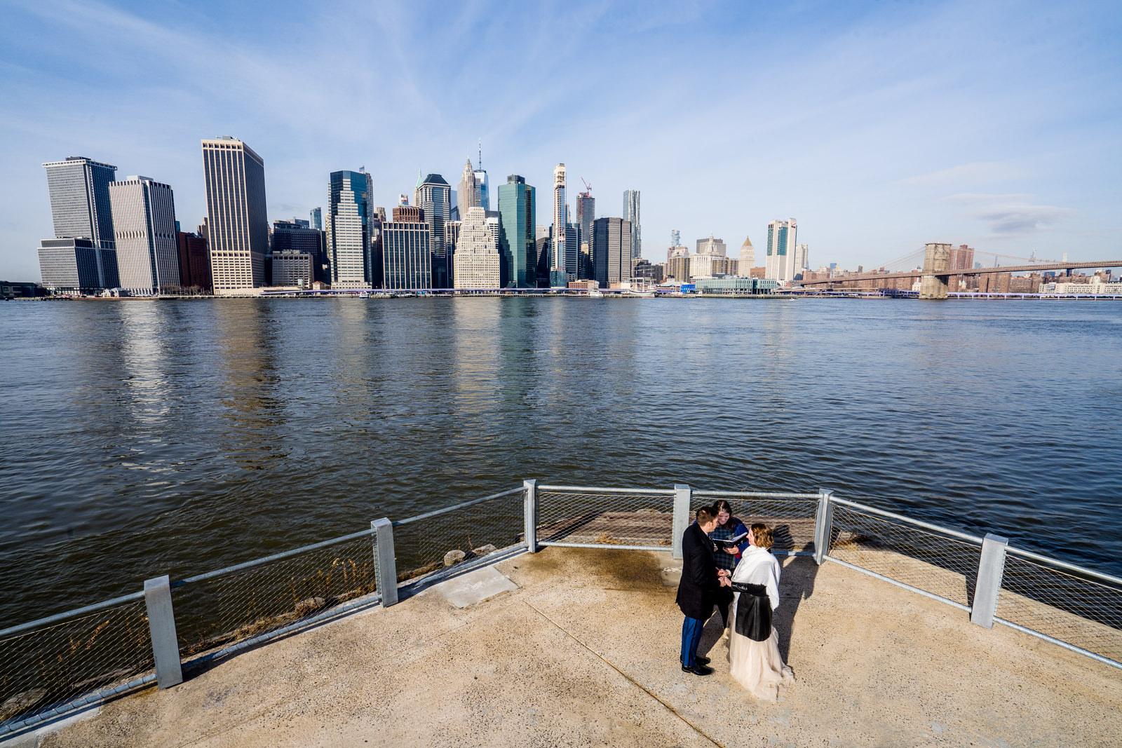 Freie Trauung von Trautante Friederike Delong in Brooklyn in New York City fotografiert von Hochzeitsfotograf Steven Herrschaft aus Wiesbaden