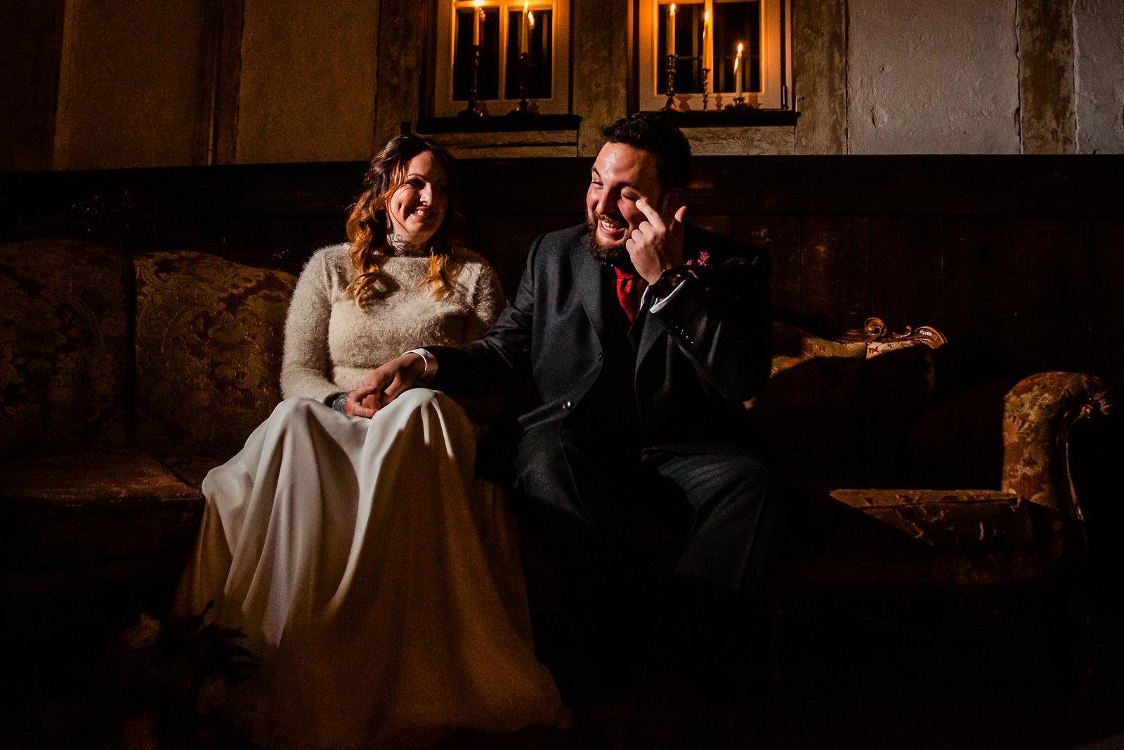Weinender Bräutigam bei einer freien Trauung von der Trautante Friederike Delong bei einer Hochzeit im Kulturbahnhof Idstein mit Goldrausch Melanie Nöhles fotografiert von Hochzeitsfotograf Steven Herrschaft aus Wiesbaden