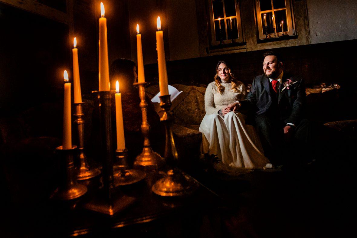Brautpaar bei einer freien Trauung von der Trautante Friederike Delong bei einer Hochzeit im Kulturbahnhof Idstein mit Goldrausch Melanie Nöhles fotografiert von Hochzeitsfotograf Steven Herrschaft aus Wiesbaden