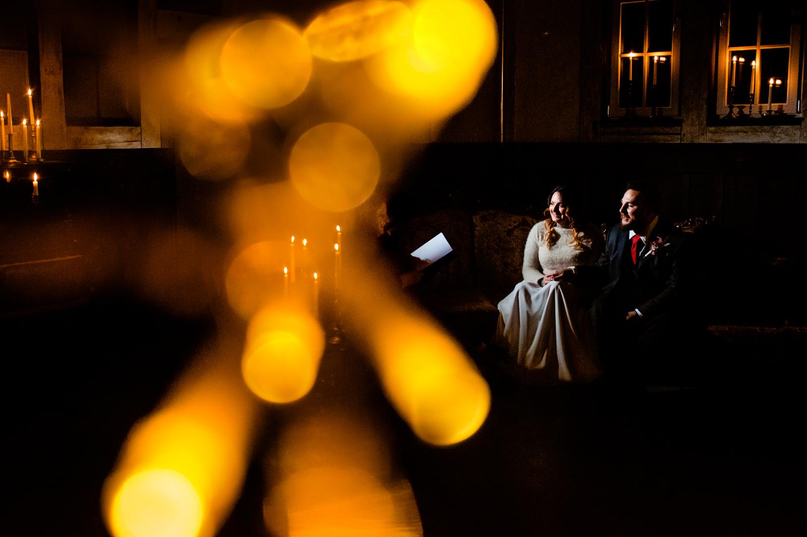 Braut und Bräutigam bei einer freien Trauung von der Trautante Friederike Delong bei einer Hochzeit im Kulturbahnhof Idstein mit Goldrausch Melanie Nöhles fotografiert von Hochzeitsfotograf Steven Herrschaft aus Wiesbaden