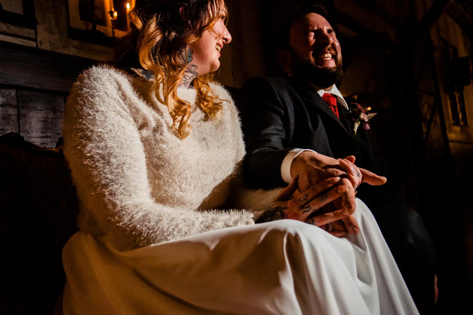 Emotionale Bilder bei einer freien Trauung von der Trautante Friederike Delong bei einer Hochzeit im Kulturbahnhof Idstein mit Goldrausch Melanie Nöhles fotografiert von Hochzeitsfotograf Steven Herrschaft aus Wiesbaden