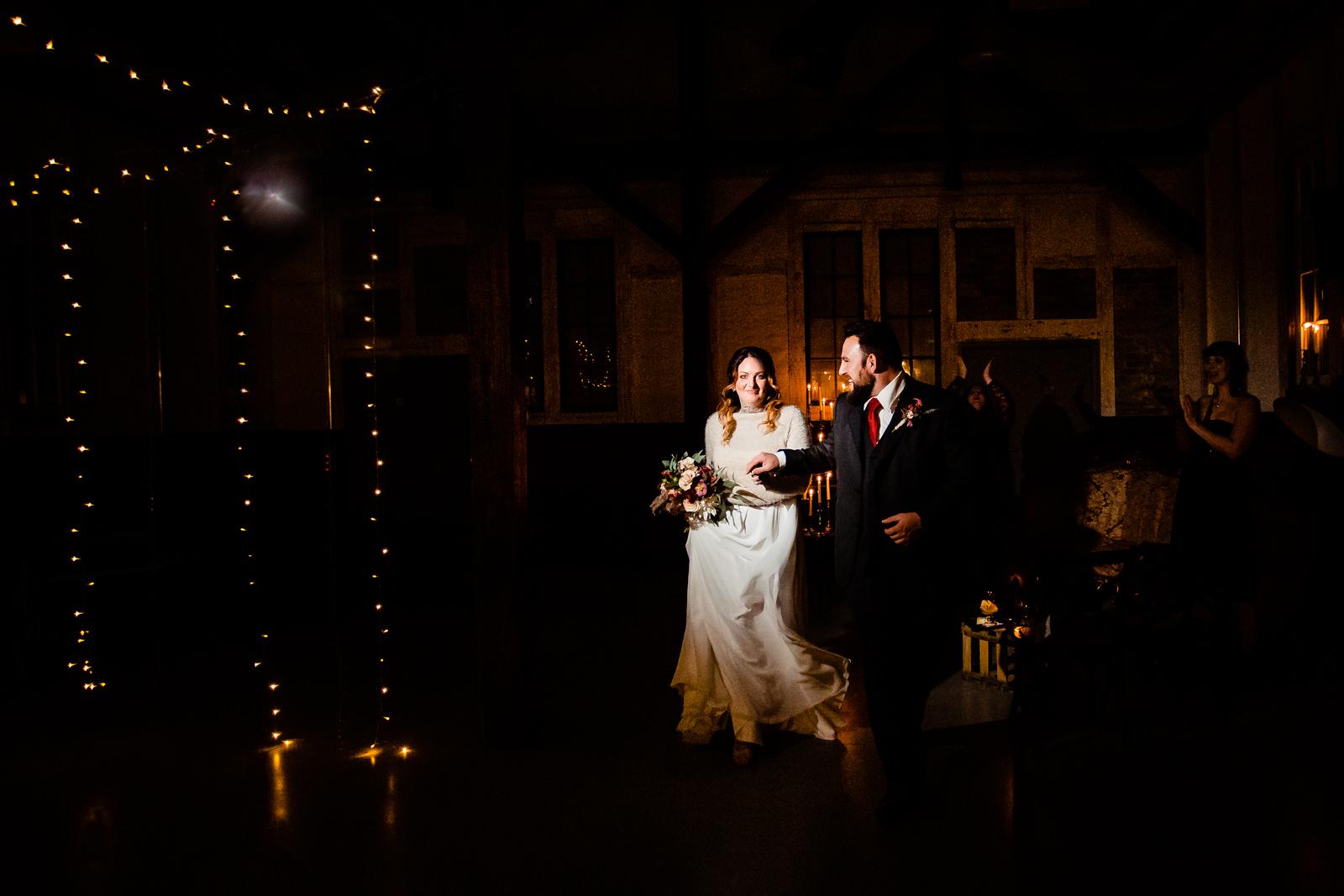 Auszug des Brautpaares bei einer freien Trauung von der Trautante Friederike Delong bei einer Hochzeit im Kulturbahnhof Idstein mit Goldrausch Melanie Nöhles fotografiert von Hochzeitsfotograf Steven Herrschaft aus Wiesbaden