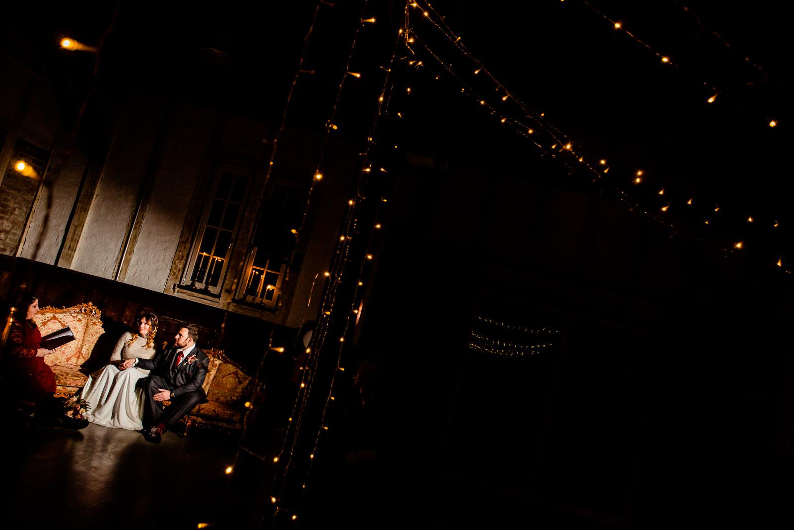 Freie Trauung von der Trautante Friederike Delong bei einer Hochzeit im Kulturbahnhof Idstein mit Goldrausch Melanie Nöhles fotografiert von Hochzeitsfotograf Steven Herrschaft aus Wiesbaden